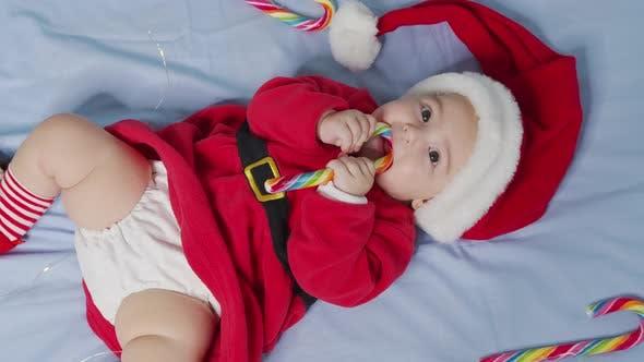 Thumbnail for Porträt eines entzückenden Säuglings-Mädchens mit Weihnachtsmütze. Konzept der Weihnachtsfeier.