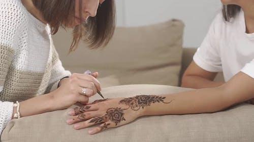 Master Arbeiten mit Henna.