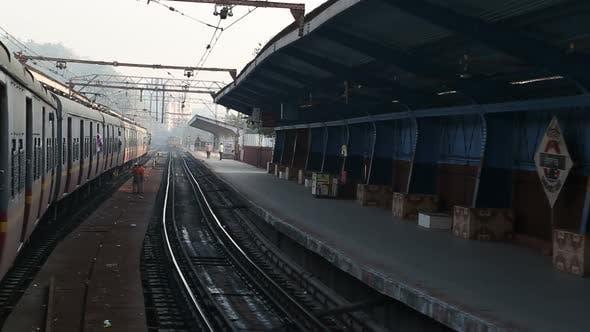 Thumbnail for Zug fährt langsam durch den Bahnhof in Mumbai.
