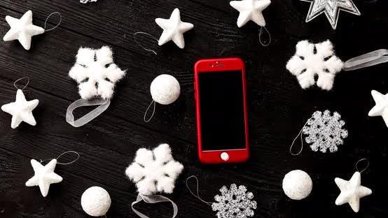 Thumbnail for Weihnachtsschmuck und Smartphone