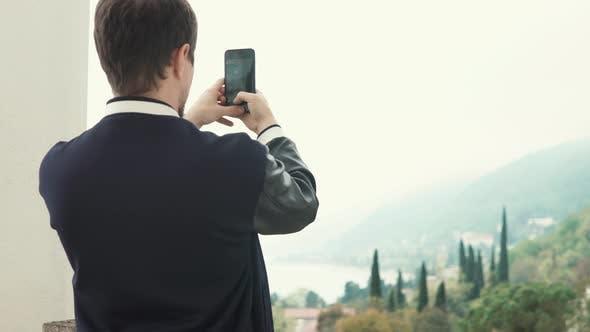 Thumbnail for Männlich Tourist Shooting Natur.
