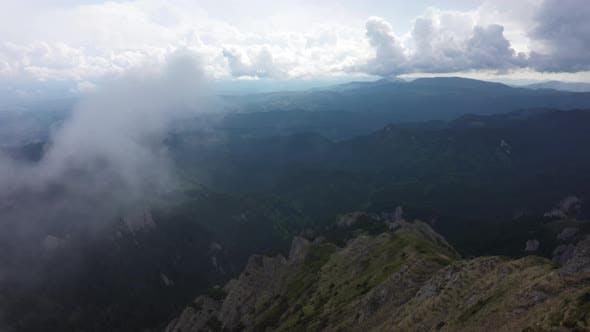 Fliegen Sie durch die Wolken über die Rocky Mountains