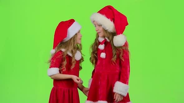Thumbnail for Zwei Kinder sprechen über die Feier des neuen Jahres. Grüner Bildschirm