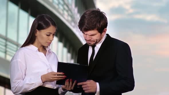 Thumbnail for Geschäftsfrau und Geschäftsmann Unterzeichnung von Verträgen