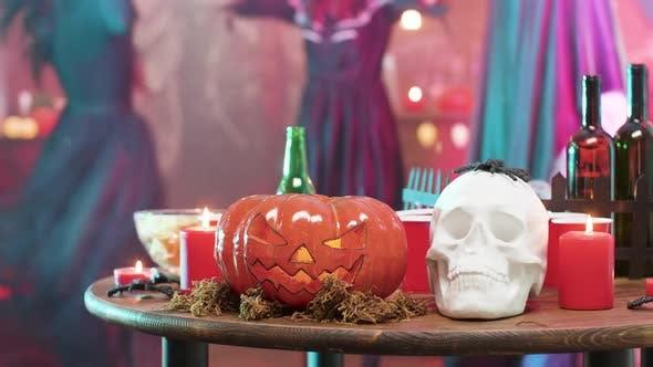 Menschen in Halloween-Kostümen Tanzen im Hintergrund der Feiertagselemente Dekorationen