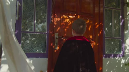 Kind in Halloween-Kostüm Trick oder Behandlung