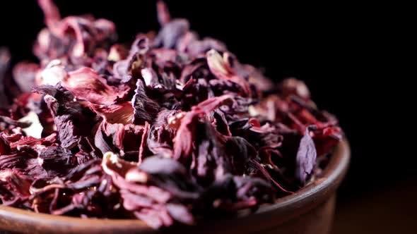 Thumbnail for Große Blätter von Hibiskus Red Trockener Tee Hintergrund, Nahaufnahme. Schleifenrotation.