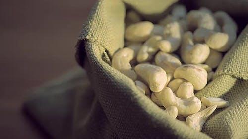 Cashew-Nüsse in einem Jute-Beutel