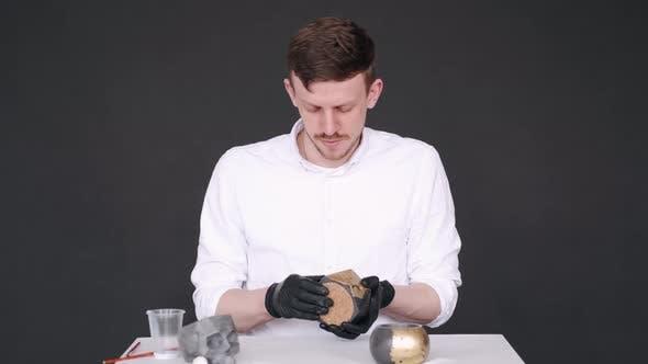 Thumbnail for Künstler in weißer Basis für handgefertigten Topf im Studio