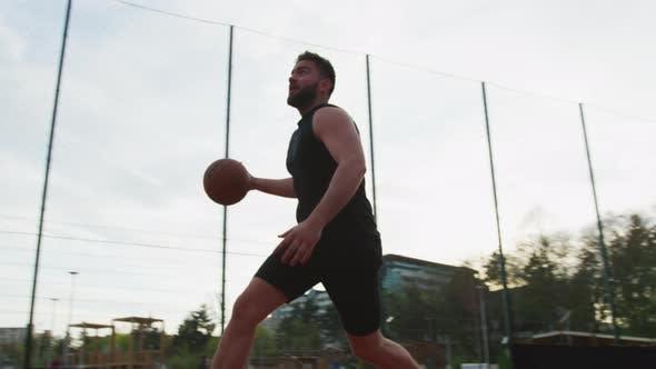 Mann wirft den Basketball und verpasst den Schuss