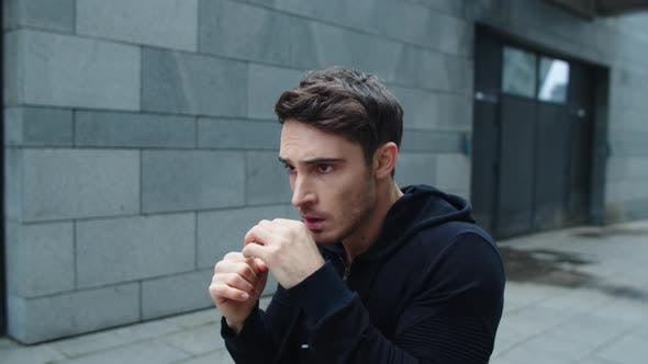 Thumbnail for Fokussierte Mann Training Boxen Punch auf City Street, Young Man Boxen Outdoor