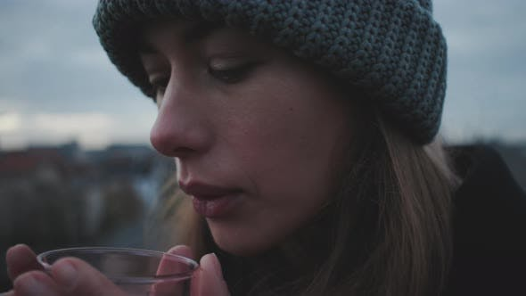 Thumbnail for Frau bläst auf Heißgetränk