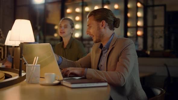 Thumbnail for Boss nutzt Laptop bei Treffen mit dem Team
