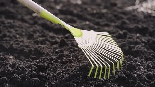 Zeitlupe material eines Arbeiters, der den Boden ausstuft, um ihn vor dem Verlegen ebenen und flachen zu machen