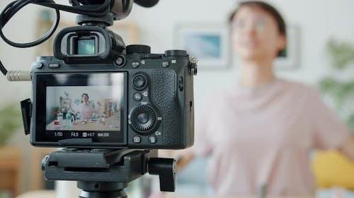 Gros plan de la caméra vidéo avec Vlogger enregistrement vidéo sur les cosmétiques à l'écran