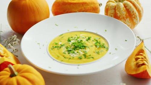 Suppe in Teller mit Kürbisse Rund