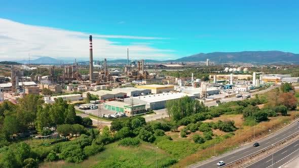 Thumbnail for Luftbild. Ölraffinerie, Chemiefabrik und Kraftwerk mit vielen Lagertanks und Rohrleitungen