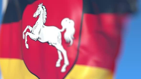 Die fliegende Flagge von Niedersachsen ein Bundesland Deutschlands