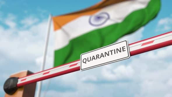 Barriere mit Quarantäne-Zeichen wird bei Flagge von Indien eröffnet