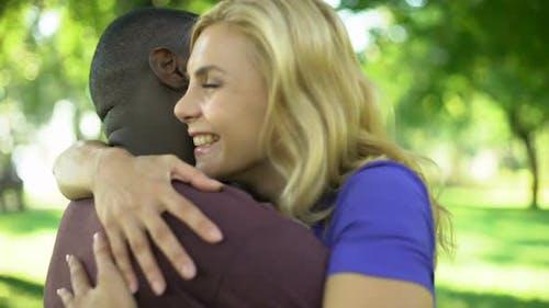 Weibliche umarmt emotional Boyfriend