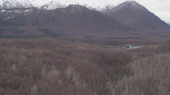 Luftaufnahme mit Hubschrauberaufnahme des Alaska-Berges, über Wälder Drohne aufnahmen