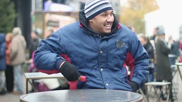 Migrant optimiste s'amuser au festival de rue, prendre le téléphone hors de sa poche