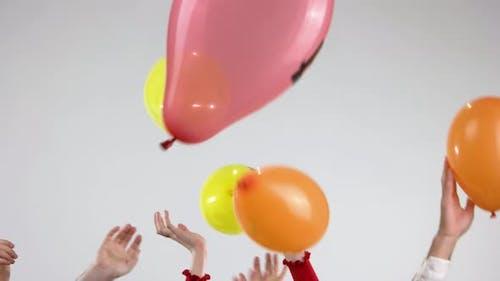 Humand Hands und fliegende Ballons mit Kryptowährung.