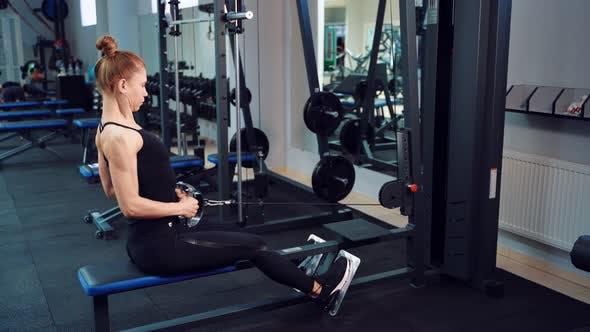 Sportliche Frau im Fitnessclub