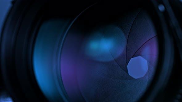 Thumbnail for Ouverture de l'objectif de l'appareil photo avec réflexion de la lumière violette