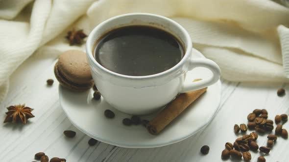 Чашка кофе со специями и макароном