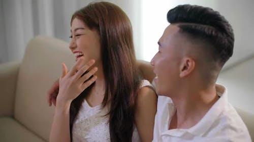 Asiatische paar lachen