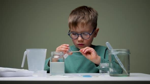 Thumbnail for Der kleine Wissenschaftler macht Experimente. Bildungskonzept. Child Doing Chemical Research im Labor
