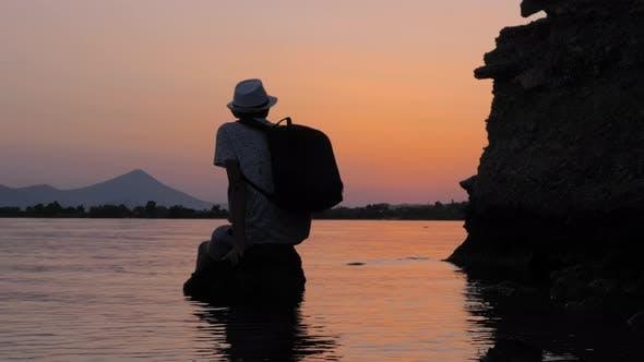 Thumbnail for Tourist eine Erholung auf dem Stein im Meer