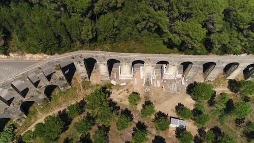Altes Aquädukt in Wartung