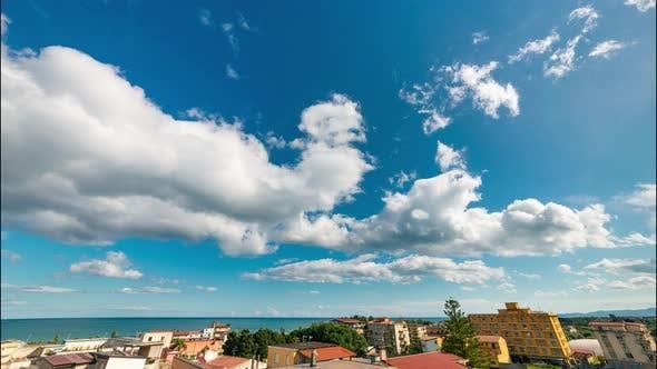 Wolken-Zeitraffer auf blauem Himmel