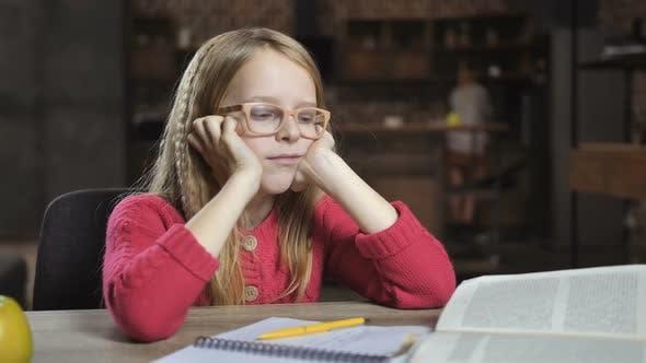 Thumbnail for Müde Niedlich Schule Mädchen mit Lernschwierigkeiten