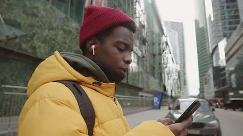 Afrikanischer Hipster Mann im Freien
