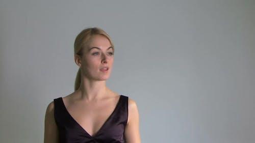 Female berührende Touchscreen-Wand, Mid Shot, gesperrte Aufnahme, CGI