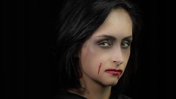 Thumbnail for Vampir Halloween Make-up, Frau Porträt mit Blut auf ihrem Gesicht