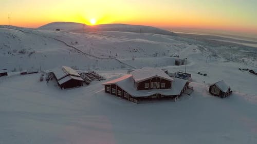 Winter-Erholungszentrum bei Sonnenuntergang, Luftaufnahme