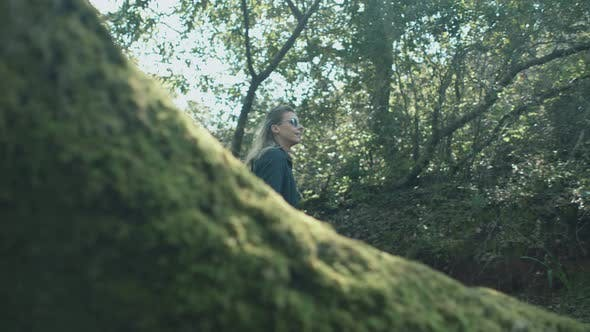 Thumbnail for Mädchen Wandern im Wald