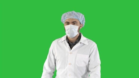 Thumbnail for Reifen chirurgie in ein maske walking front view auf ein grün