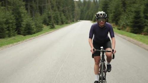 Hartes Training auf dem Fahrrad. Radfahrer macht Cardio-Training auf dem Fahrrad und bereitet sich auf den Wettkampf vor.