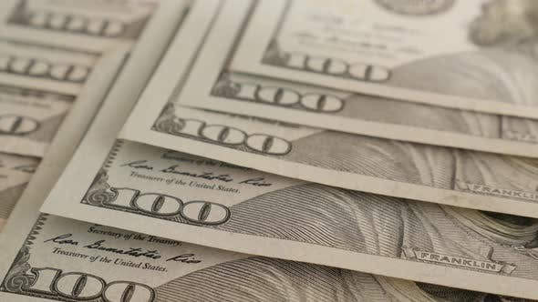 Thumbnail for Kippen auf vielen 100-Dollar-Banknoten auf Tisch 4K 2160p 30fps UltraHD-Filmmaterial - Nahaufnahme Reihen von