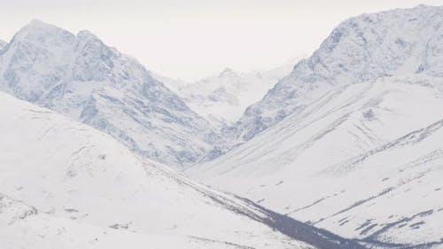 Luftaufnahme mit Hubschrauberaufnahme von Alaksan-Wildnis in der Dämmerung, über Bäume und in Richtung Berge, Drohne -Footag