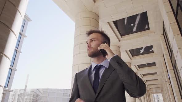Thumbnail for Kaukasischen Anwalt im Gespräch am Telefon auf der Straße