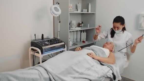 Mikrostromtherapie in einem Schönheitssalon