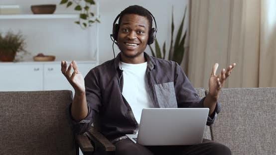 Thumbnail for African Man in Kopfhörern Sit on Home Couch SMS Nachricht Verwenden Laptop Lesen Empfangene Nachrichten E-Mail