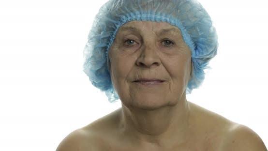 Thumbnail for Lächelnde ältere Frau Frau in Schutzhut Angst vor Spritze mit Medikamenten