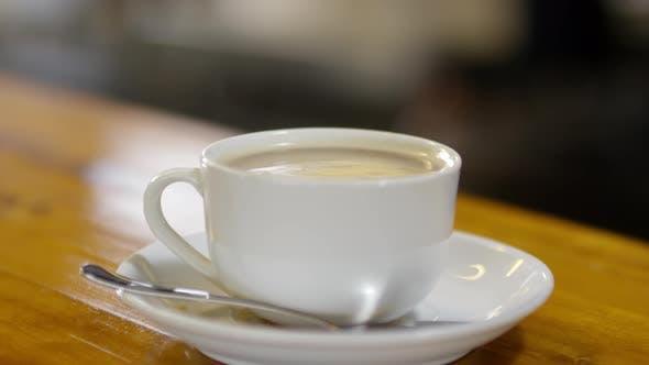 Thumbnail for Tasse heißen Kaffee sitzt auf der Theke im Café